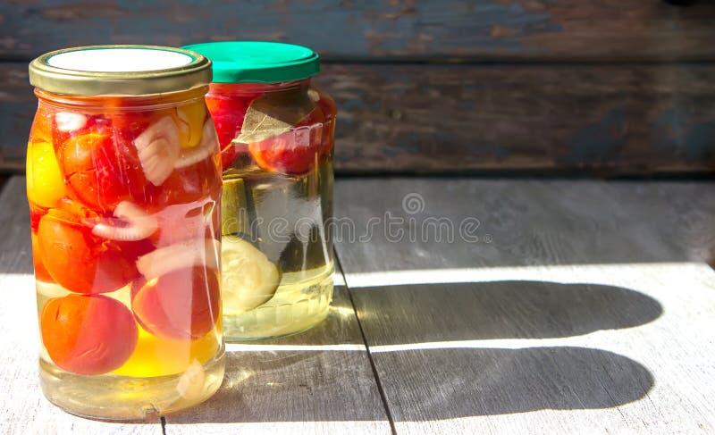 Fermented保存了在瓶子的菜在木桌上 Copyspace 免版税图库摄影