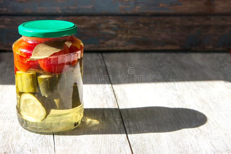 Fermented保存了在瓶子的菜在木桌上 Copyspace 库存照片