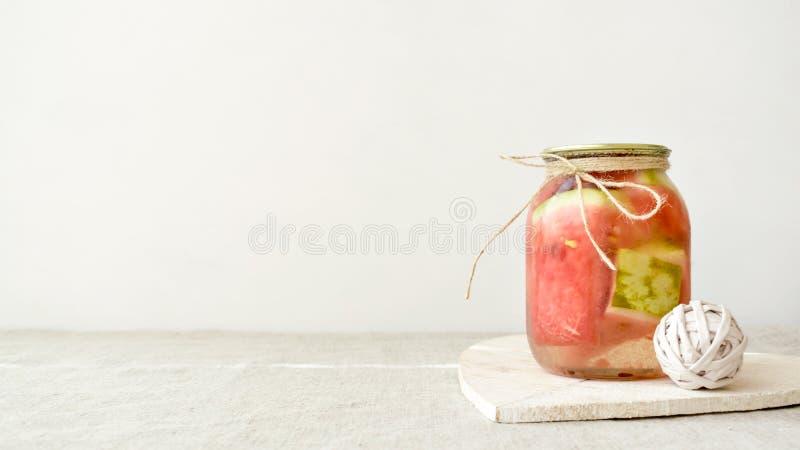 Fermented保存了素食食物概念 在玻璃瓶子的西瓜切片 库存照片