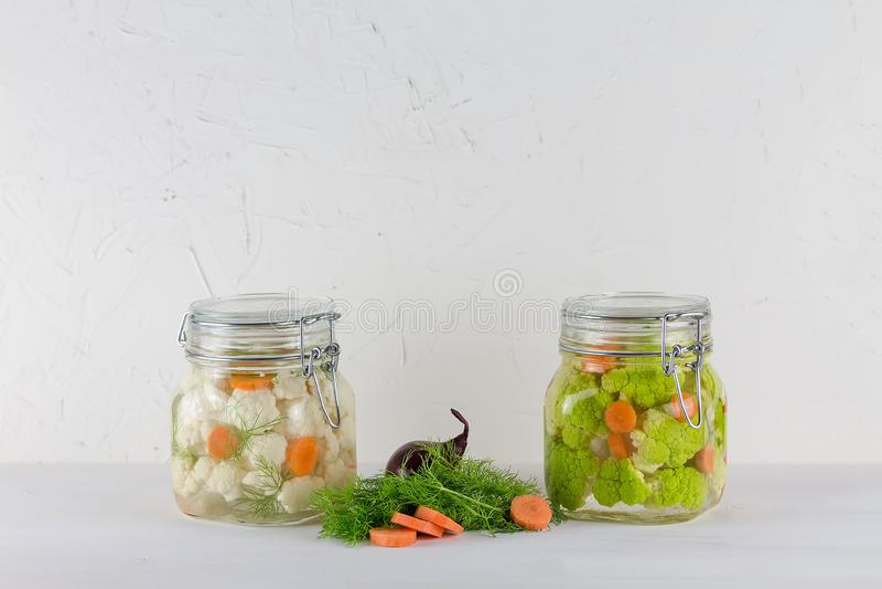 Fermented保存了素食食物概念 在白色背景的绿色花椰菜或硬花甘蓝酸玻璃瓶子 图库摄影