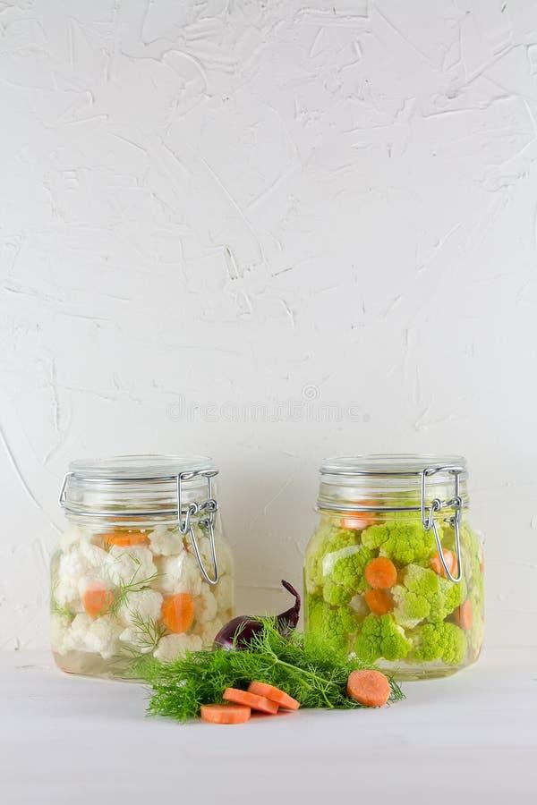 Fermented保存了素食食物概念 在白色背景的绿色花椰菜或硬花甘蓝酸玻璃瓶子 库存图片