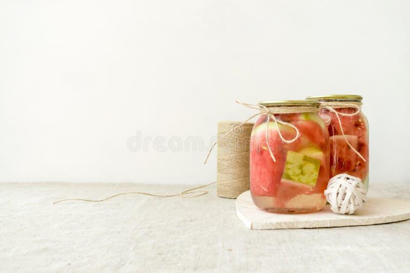 Fermented сохранило вегетарианскую концепцию еды кусок арбуза в стеклянных опарниках стоковая фотография rf