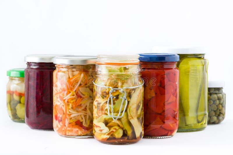 Fermented ha conservato le verdure in barattolo isolato su fondo bianco fotografia stock libera da diritti