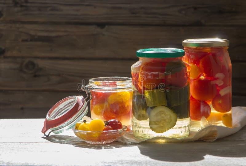 Fermented ha conservato le verdure in barattolo sulla tavola di legno Copyspace fotografie stock