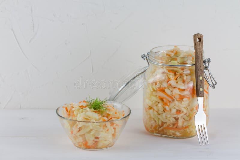 Fermented a préservé le concept végétarien de nourriture, pots en verre aigres de choucroute sur le fond blanc, concept probiotic photo stock