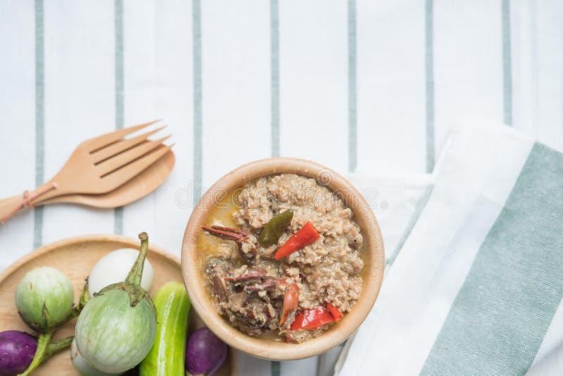 Fermentez le crabe mou bouilli en lait de noix de coco avec les légumes frais images libres de droits
