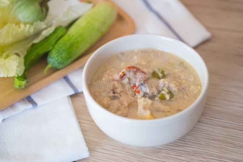Fermentez le crabe mou bouilli en lait de noix de coco image stock