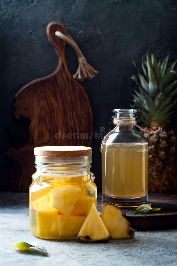 Fermentujący meksykański ananasowy Tepache Domowej roboty surowa kombucha herbata z ananasem Zdrowy naturalny probiotic sosowany  zdjęcie stock