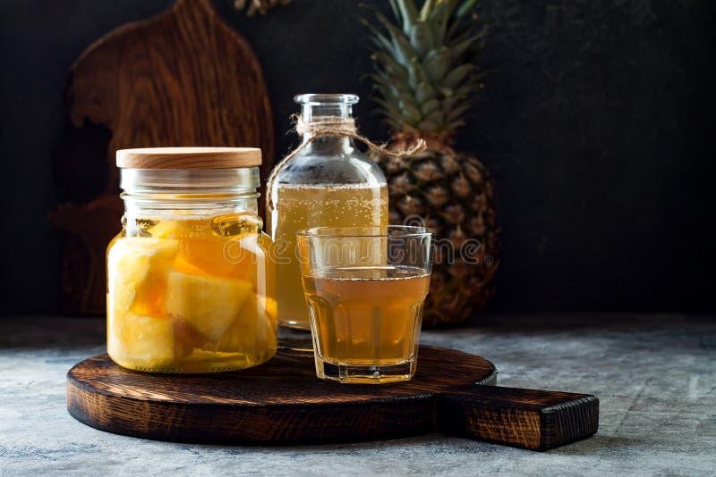 Fermentujący meksykański ananasowy Tepache Domowej roboty surowa kombucha herbata z ananasem Zdrowy naturalny probiotic sosowany  zdjęcie royalty free