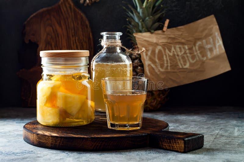 Fermentujący meksykański ananasowy Tepache Domowej roboty surowa kombucha herbata z ananasem Zdrowy naturalny probiotic sosowany  zdjęcia royalty free