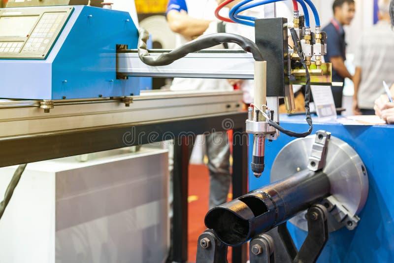 Fermer la tête de buse de la machine à couper le plasma à gaz de haute précision cnc pour la fabrication de découpe de procé photographie stock