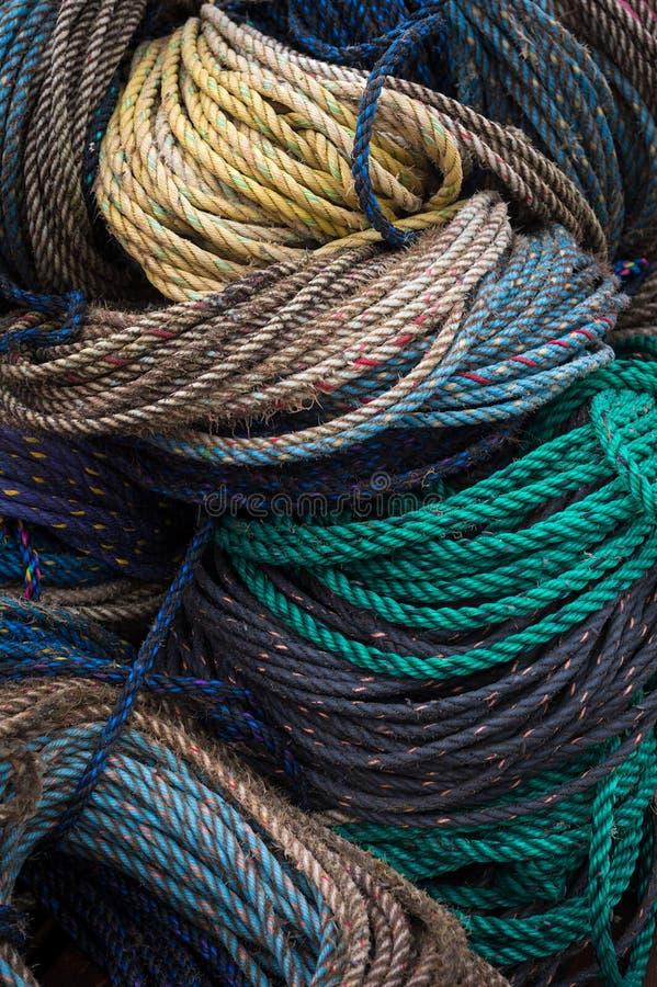 Fermer les bobines de corde colorée empilées sur le quai de homard photos libres de droits