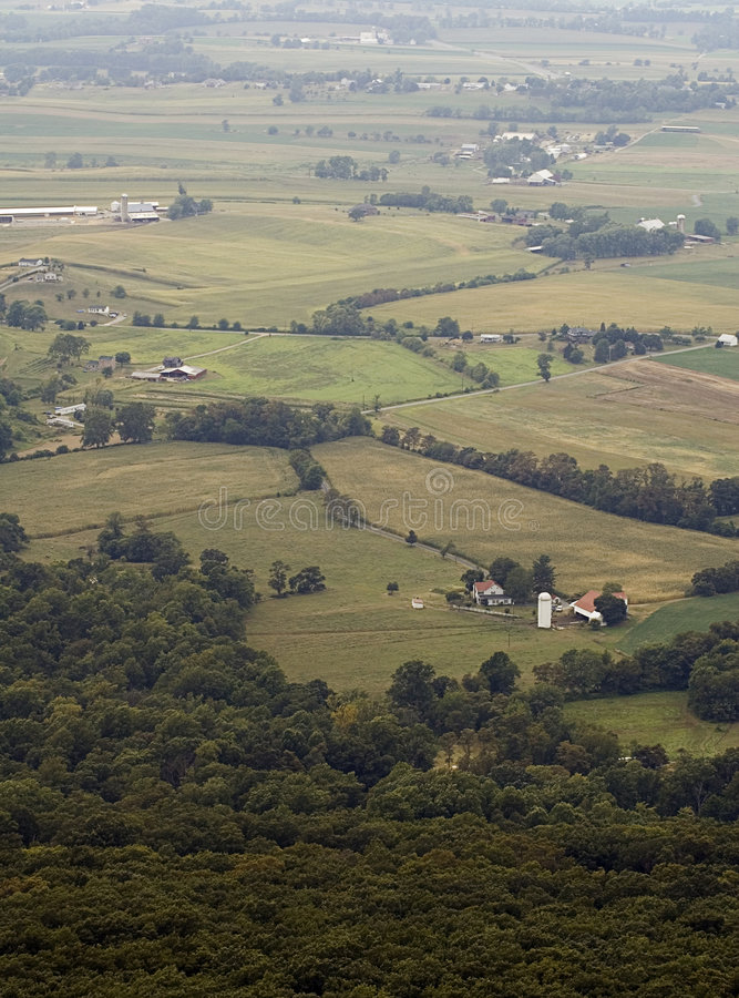 Fermes et zones brumeuses le Maryland aucun ciel images stock