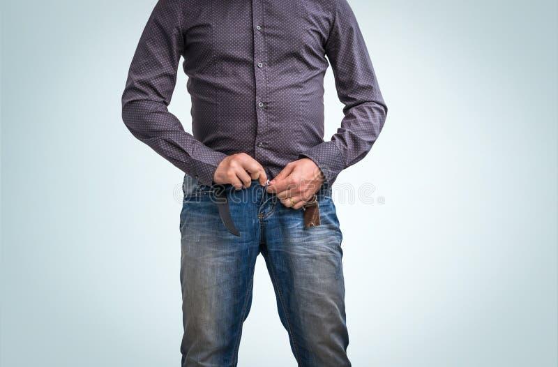 Fermeture éclair d'homme son pantalon après le pipi photo libre de droits