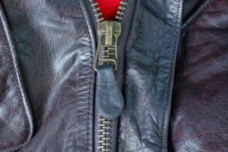 fermeture éclair sur un morceau d'habillement en cuir brun chiffonné images stock