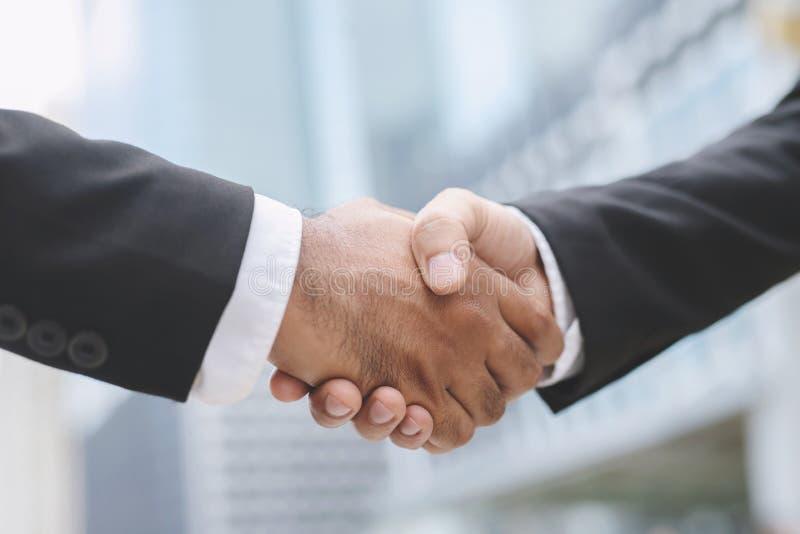 Fermeture d'une main d'un homme d'affaires serrer l'investisseur entre deux collègues OK, réussir dans l'entreprise Tenir la mai image libre de droits