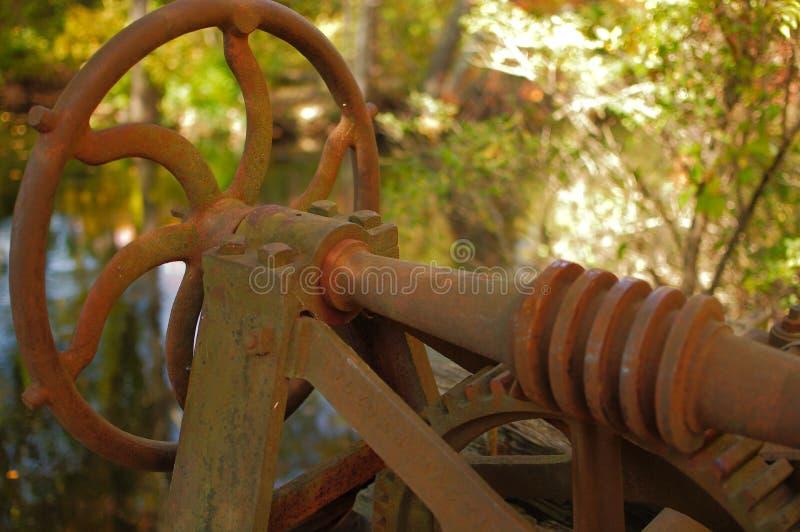 Fermeture d'une roue à eau rouillée et abandonnée photographie stock libre de droits