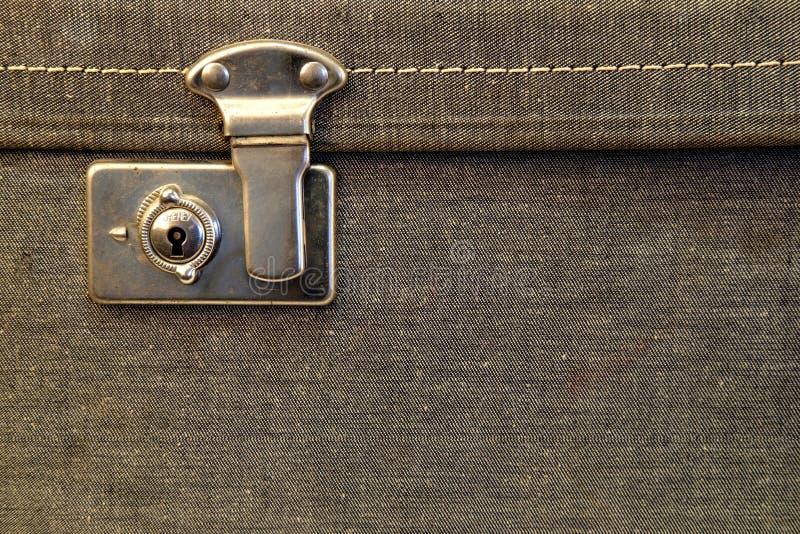 Fermeture d'une valise antique avec loquet image libre de droits