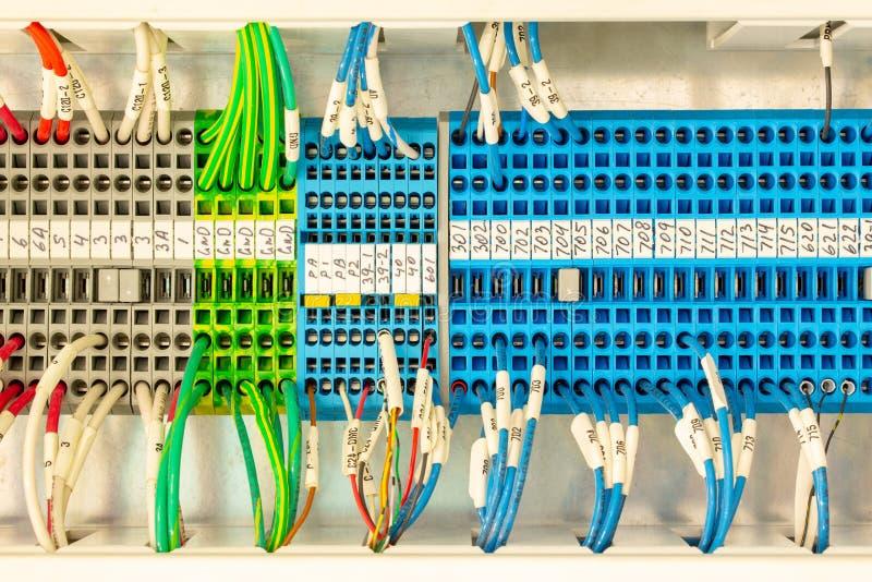 Fermeture de connecteurs de câblage multicolores ou d'un bloc terminal pour l'électronique industrielle avec câbles marqués photographie stock
