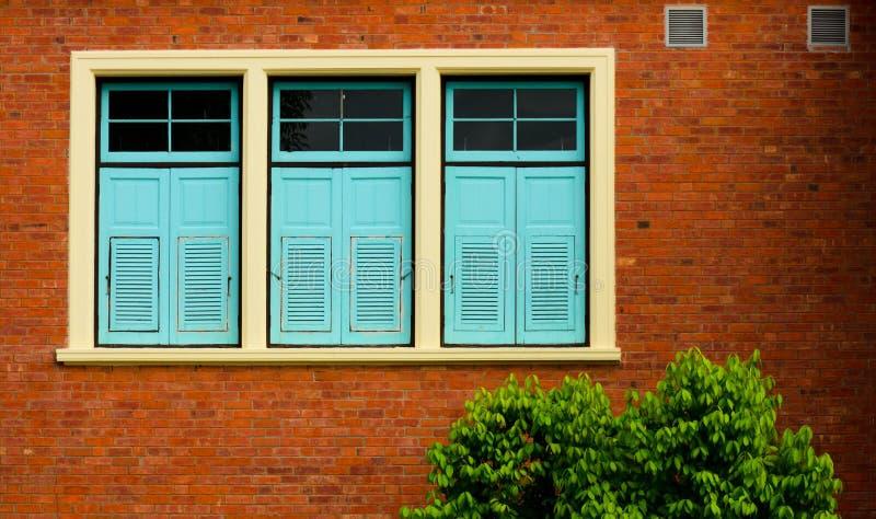 Fermeture de la fenêtre dans l'ancien bâtiment en briques photo stock