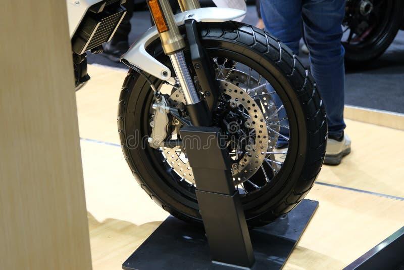 Fermeture de la nouvelle roue arrière de moto Grand vélo garé dans la salle d'exposition photographie stock libre de droits