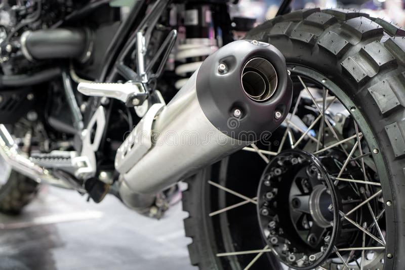 Fermeture des gaz d'échappement ou admission de motocyclettes de sport noir avec nouveau pneu et roue dans la salle d'exposition  photo libre de droits