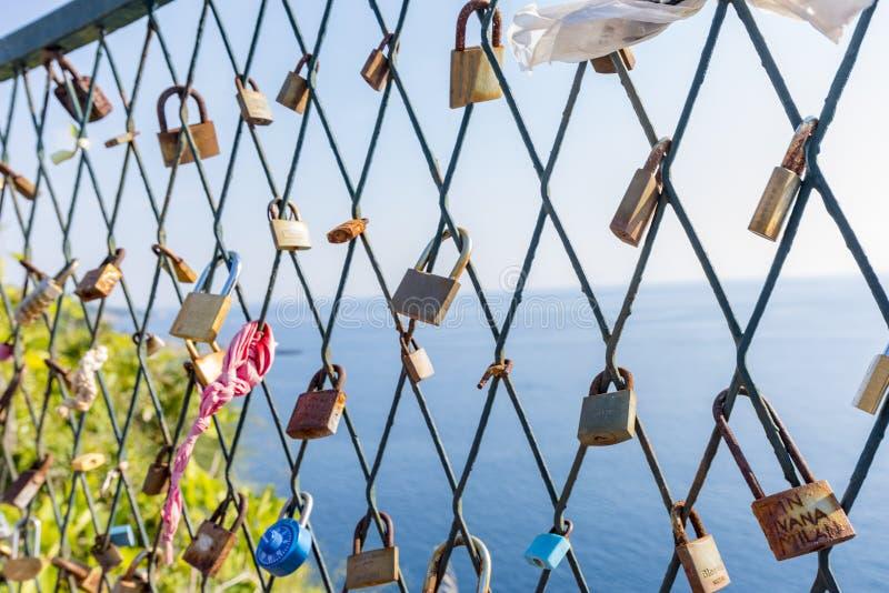 Fermeture des serrures sur la grille sur le fond de la mer bleue et un symbole de fidélité et d'amour éternel photos libres de droits