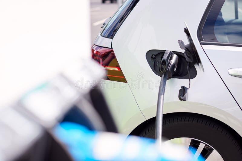 Fermeture Du Câble D'Alimentation Chargement De Voiture Électrique À L'Extérieur Dans Un Parking Supermarché photos libres de droits