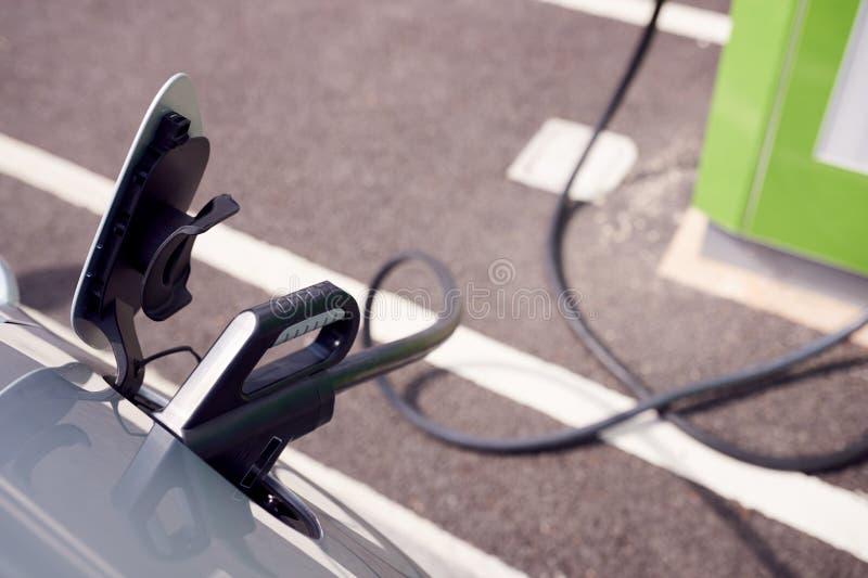 Fermeture Du Câble D'Alimentation Chargement De Voiture Électrique À L'Extérieur Dans Un Parking Supermarché photo stock