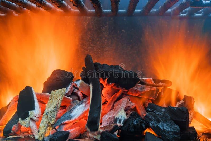 Fermeture du charbon rouge brûlant photos stock