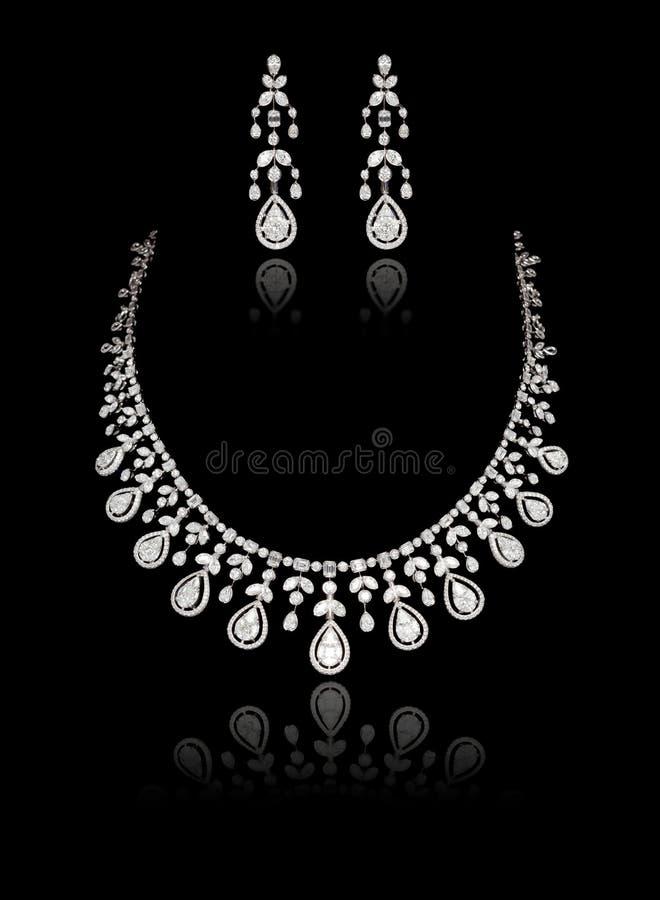 Fermeture du collier de diamant sur lequel est fixé l'oreille au diamant isolé sur le noir image libre de droits