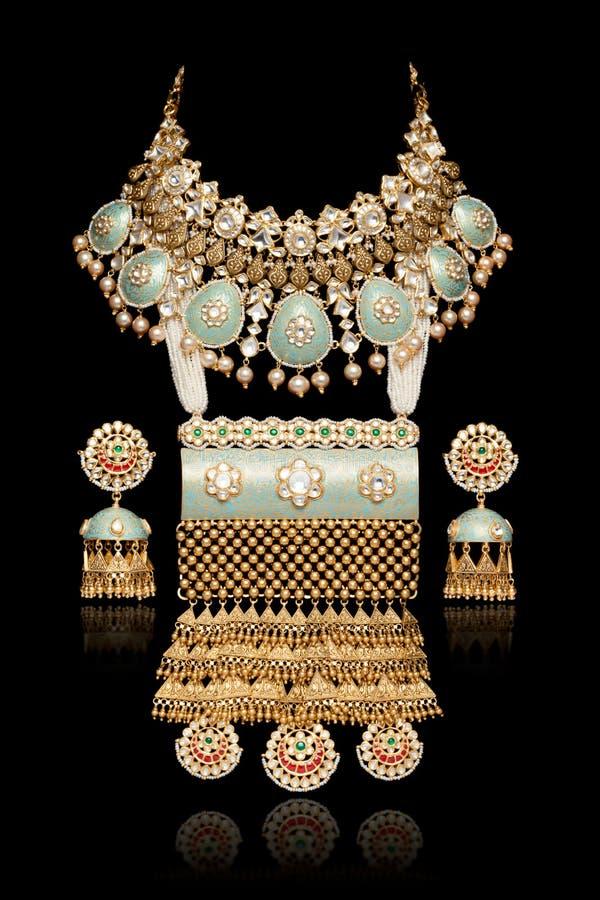 Fermeture du collier de diamant sur lequel est fixé l'oreille au diamant isolé sur le noir photo libre de droits