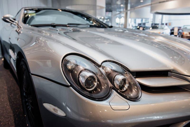 Fermeture du double phare droit de la voiture moderne cabriolet gris avec miroir latéral, essuie-glace et alliage clair photos libres de droits