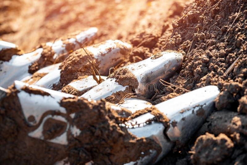 Fermeture du godet de pelle de pelle à pelles de fer avec des parties de sol images libres de droits