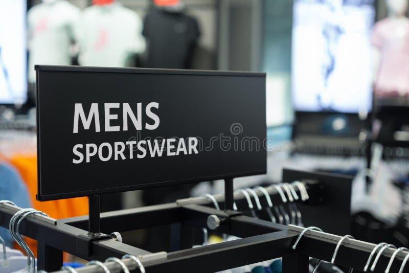 Fermeture du MENS SPORTSWEAR Inscrivez-vous au supermarché de vêtements de sport photo libre de droits