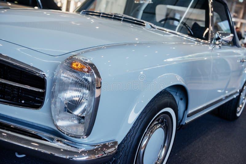 Fermeture du projecteur gauche de la voiture cabriolet gris rétro avec miroir chromé, disque, garniture de fenêtre et pare-chocs, photos stock