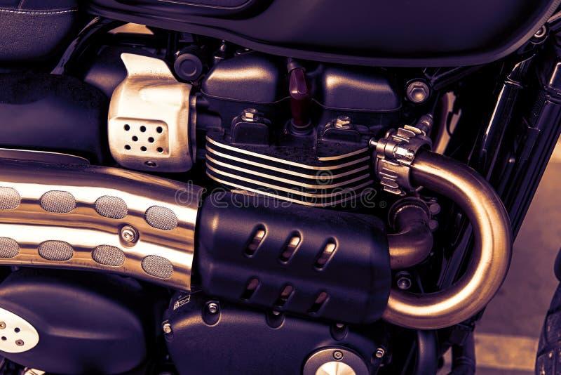 Fermeture, parties du moteur des tuyaux d'échappement chromés du moteur à motocyclette , Généralités arrière sur les roues macro  photo libre de droits