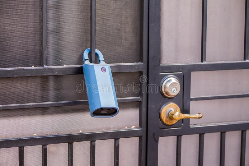 Fermez à clef la boîte sur une maison image libre de droits