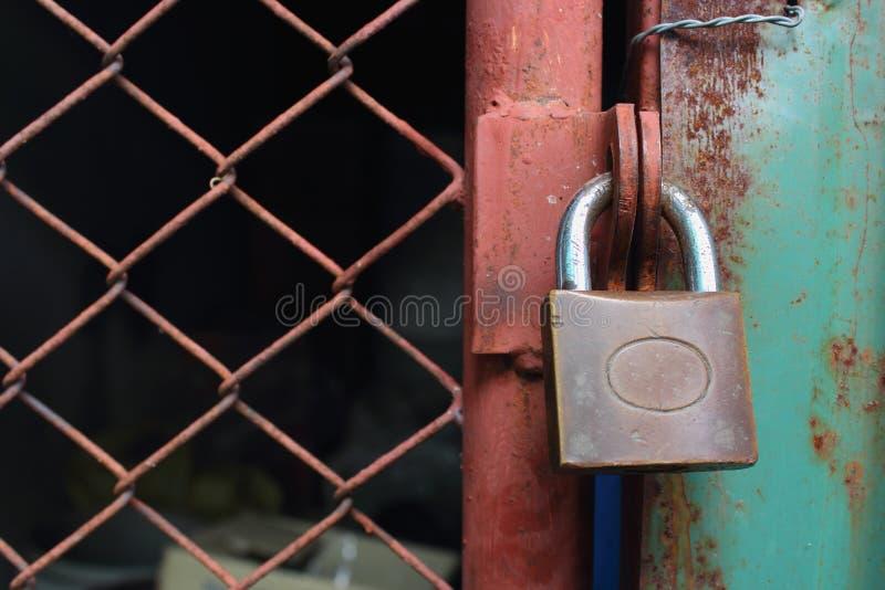 Fermez à clef la serrure la porte. images stock