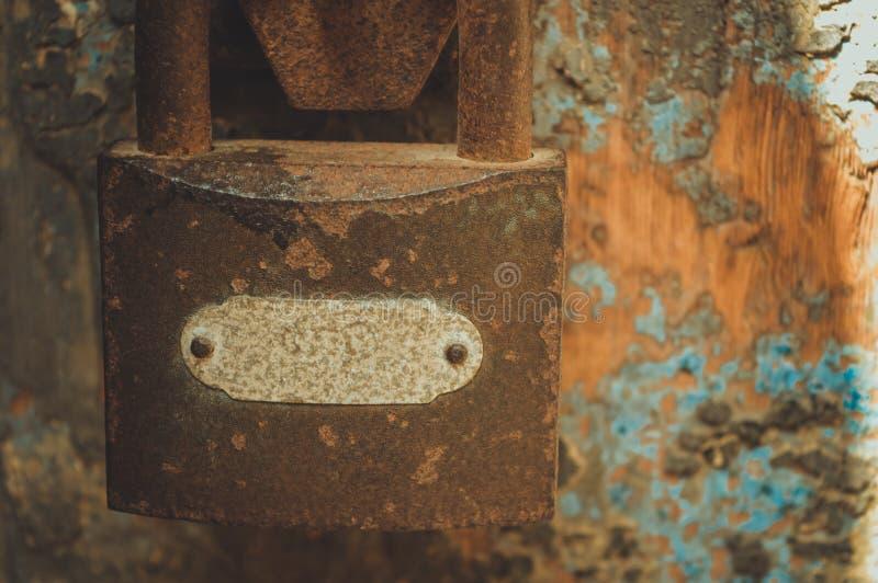 fermez à clef sur la porte de la prison image stock