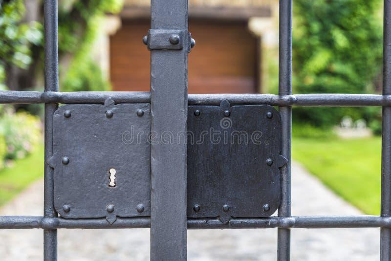 Fermez à clef une barrière photographie stock libre de droits