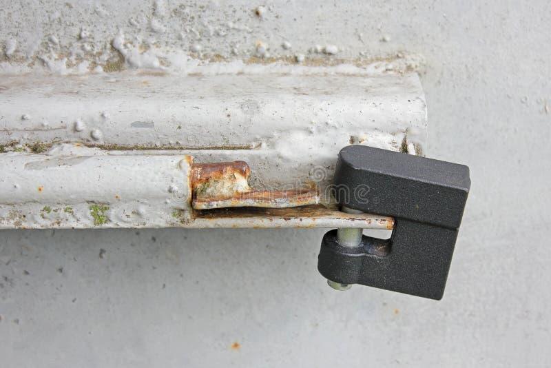 Fermez ? clef sur la porte en m?tal photo stock