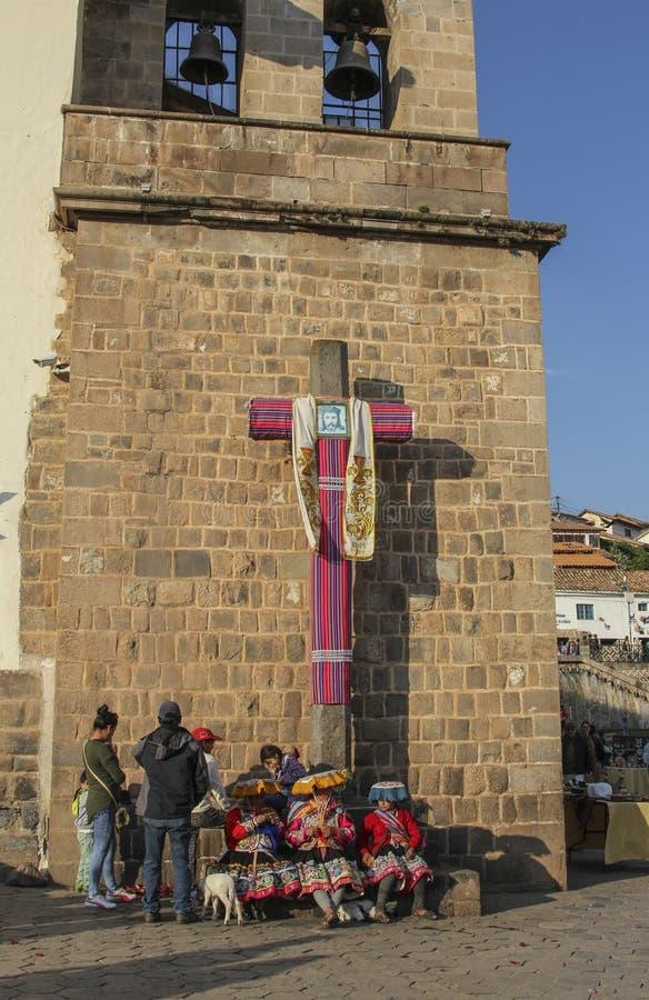 Fermez d'une croix dans l'avant une église catholique images libres de droits