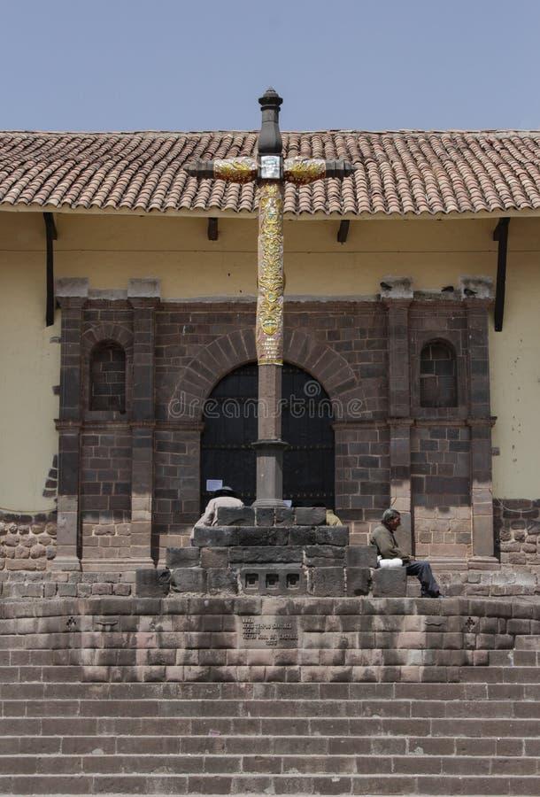Fermez d'une croix dans l'avant une église catholique image stock