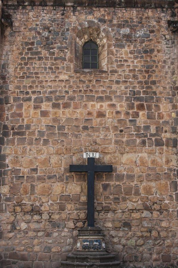 Fermez d'une croix dans l'avant une église catholique photo libre de droits