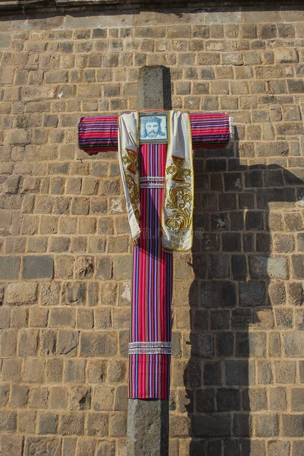 Fermez d'une croix dans l'avant une église catholique images stock