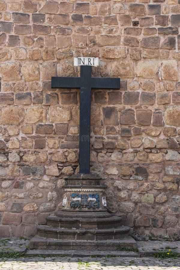 Fermez d'une croix dans l'avant une église catholique photographie stock