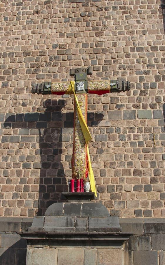 Fermez d'une croix dans l'avant une église catholique photos libres de droits