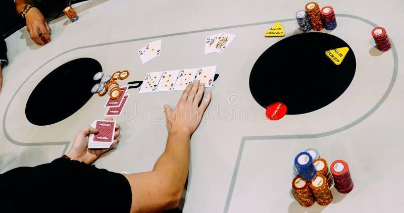 Fermez- de Texas Hold les jeu de tournoi où deux joueurs sont tous dans AK contre QQ photos libres de droits