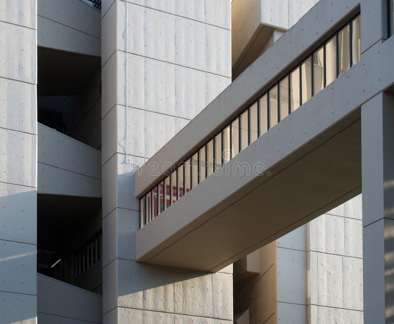 Fermez du passage couvert le du bâtiment de Roger Stevens à l'université de Leeds un bâtiment en béton de brutalist par le chambe photos stock